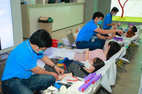 Roche Việt Nam và Samsung Vina đồng hành Hiến máu cứu người - Ảnh 1.