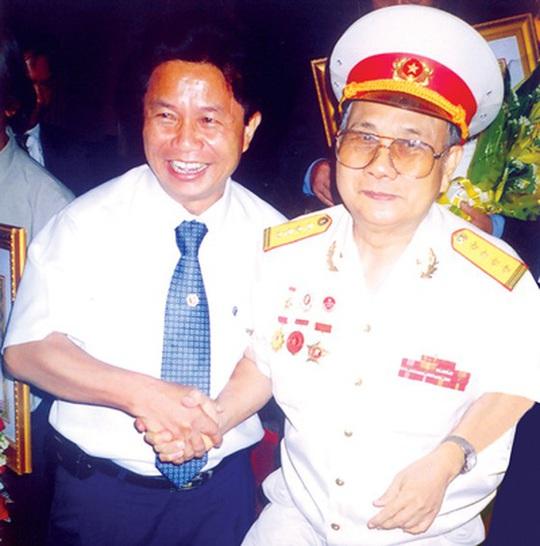 Mai Vàng nhân ái thăm nghệ sĩ Hề Sa và tác giả vở Người ven đô - Ảnh 4.