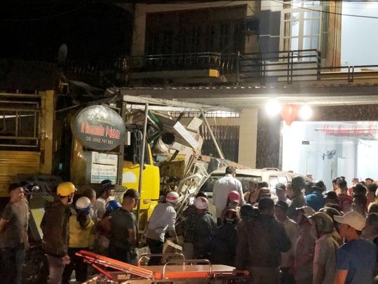 Ôtô tải nổ lốp, mất lái tông vào 4 nhà dân làm 3 người chết, 4 bị thương - Ảnh 4.