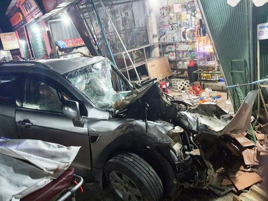 Ôtô tải nổ lốp, mất lái tông vào 4 nhà dân làm 3 người chết, 4 bị thương - Ảnh 3.