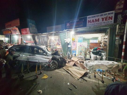 Ôtô tải nổ lốp, mất lái tông vào 4 nhà dân làm 3 người chết, 4 bị thương - Ảnh 2.