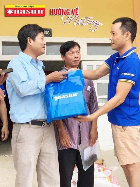 420 suất quà của Sơn Nasun dành tặng các hộ dân Miền Trung bị ảnh hưởng lũ lụt. - Ảnh 1.