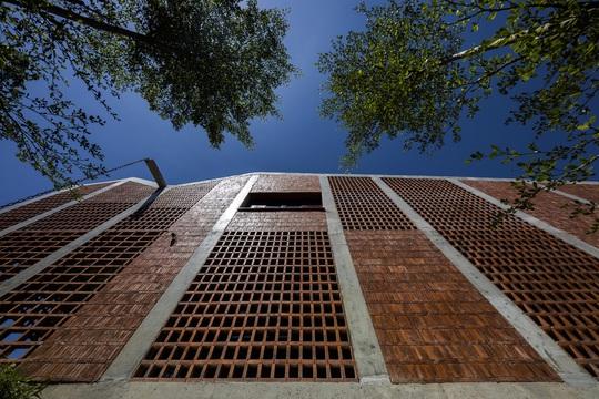 Ngôi nhà gạch với mái bê tông gấp nếp - Ảnh 3.