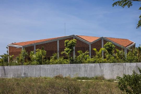 Ngôi nhà gạch với mái bê tông gấp nếp - Ảnh 9.