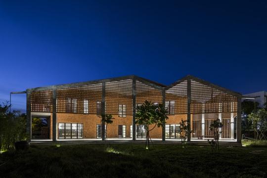 Ngôi nhà gạch với mái bê tông gấp nếp - Ảnh 10.
