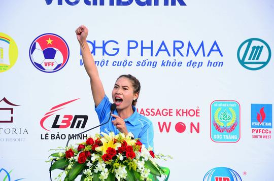 """Nữ trọng tài """"gây thương nhớ"""" tại giải bóng đá báo chí ĐBSCL - Ảnh 2."""