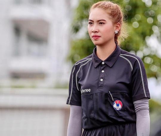 """Nữ trọng tài """"gây thương nhớ"""" tại giải bóng đá báo chí ĐBSCL - Ảnh 1."""