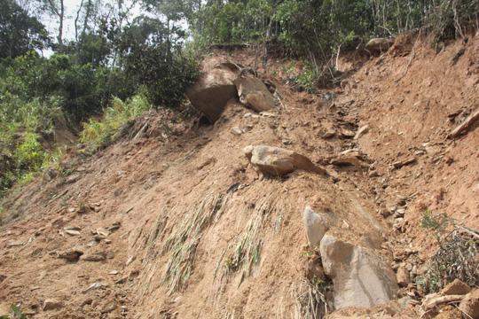 Người dân nín thở đi dưới khối đá 30 tấn lộ ra sau mưa lũ - Ảnh 3.