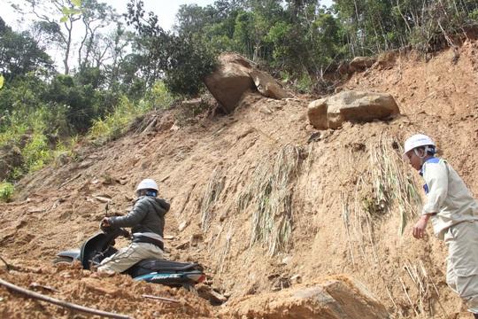 Người dân nín thở đi dưới khối đá 30 tấn lộ ra sau mưa lũ - Ảnh 6.