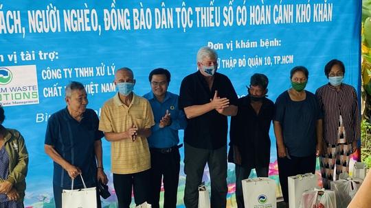 Tặng quà, khám bệnh cho hơn 300 hộ dân ở huyện Bình Chánh - Ảnh 1.