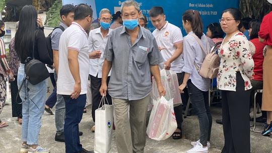Tặng quà, khám bệnh cho hơn 300 hộ dân ở huyện Bình Chánh - Ảnh 4.