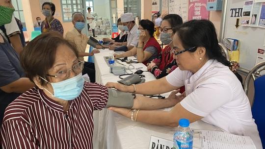 Tặng quà, khám bệnh cho hơn 300 hộ dân ở huyện Bình Chánh - Ảnh 3.