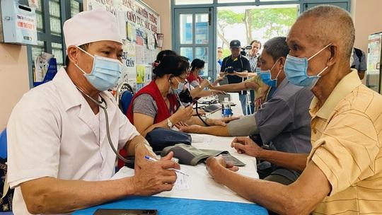 Tặng quà, khám bệnh cho hơn 300 hộ dân ở huyện Bình Chánh - Ảnh 2.