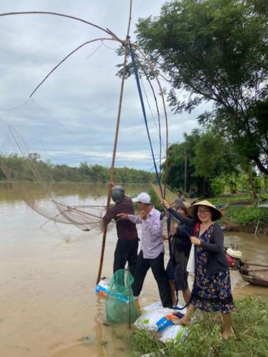 Mùa nước lụt bắt cá ngạnh ở miền Trung quê tôi - Ảnh 1.