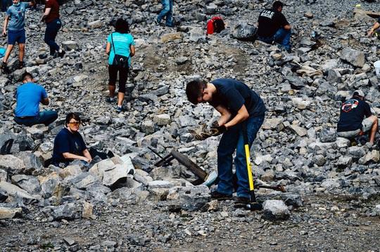Nơi du khách đến để đào kim cương - Ảnh 1.