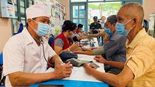 VWS chăm sóc sức khỏe cho 300 hộ dân ở huyện Bình Chánh - Ảnh 2.