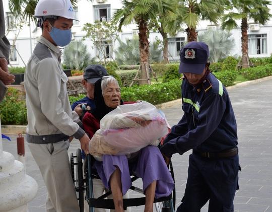 Quảng Ngãi: Đang di dời hàng chục ngàn người dân tránh bão số 9 - Ảnh 11.