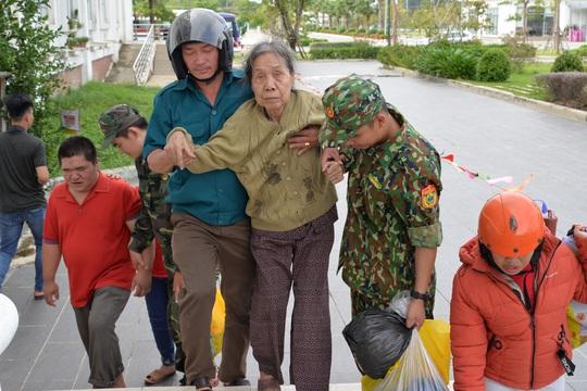 Quảng Ngãi: Đang di dời hàng chục ngàn người dân tránh bão số 9 - Ảnh 10.