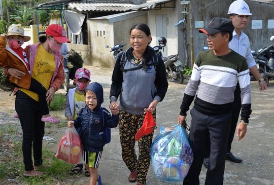 Quảng Ngãi: Đang di dời hàng chục ngàn người dân tránh bão số 9 - Ảnh 3.