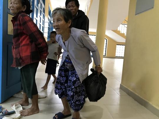 Huế: Hơn 58.000 người di dời, sau 21 giờ không được ra khỏi nhà - Ảnh 10.
