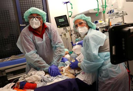 Châu Âu báo động đỏ, bác sĩ Bỉ tiếp tục làm việc dù mắc Covid-19 - Ảnh 2.