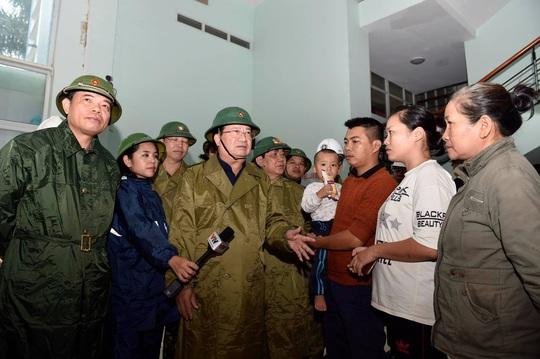 Phó thủ tướng Trịnh Đình Dũng: Bà con yên tâm tránh bão, công an sẽ bảo vệ tài sản cho dân - Ảnh 2.