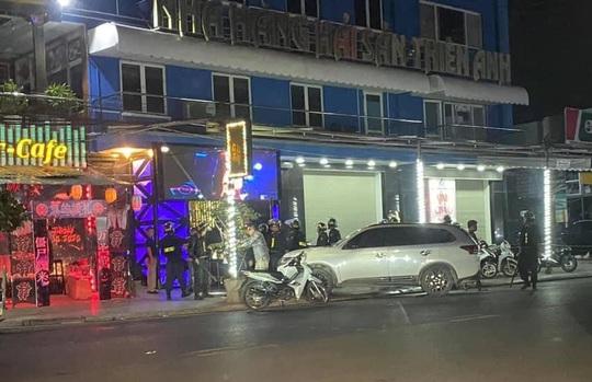 Gần 100 dân chơi trong quán bar được đưa về trụ sở công an trong đêm - Ảnh 1.