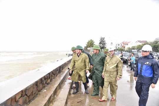 Phó thủ tướng Trịnh Đình Dũng: Bà con yên tâm tránh bão, công an sẽ bảo vệ tài sản cho dân - Ảnh 4.