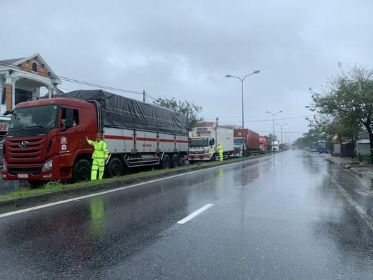 Hơn 1.200 xe ôtô bị mắc kẹt ở Bắc hầm Hải Vân vì bão số 9 - Ảnh 1.