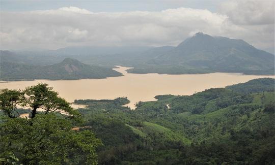 Nhiều thủy điện ở miền núi Quảng Trị vượt tràn đến 4m, thủy điện lớn nhất xả nước 50m3/s - Ảnh 1.