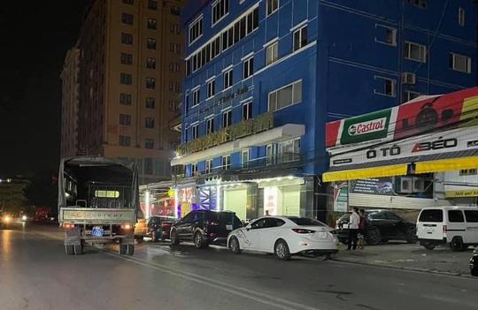 Gần 100 dân chơi trong quán bar được đưa về trụ sở công an trong đêm - Ảnh 2.