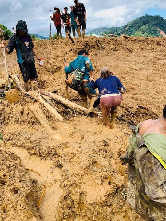 Sạt lở vùi lấp hơn 40 người ở Quảng Nam: Điều kỳ diệu, tìm được nhiều người vẫn còn sống - Ảnh 17.