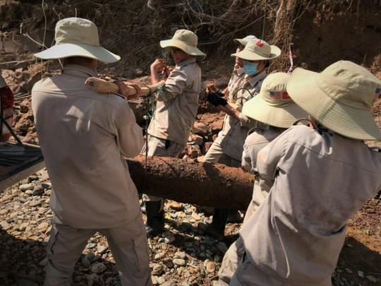 Hàng loạt bom đạn khủng lộ thiên sau mưa lũ ở Quảng Trị - Ảnh 2.