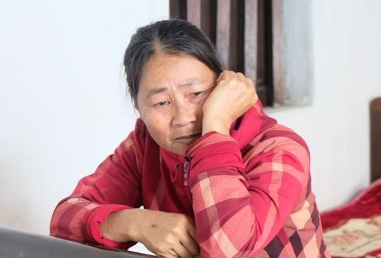 Trao quà bạn đọc Báo Người Lao Động tới người thân 2 công nhân gặp nạn ở Rào Trăng 3 - Ảnh 2.