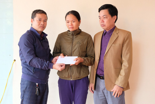 Trao quà bạn đọc Báo Người Lao Động tới người thân 2 công nhân gặp nạn ở Rào Trăng 3 - Ảnh 3.
