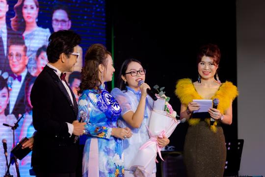 """MC Thanh Bạch và Thi Thảo gây xúc động trong đêm nhạc """"Thương lắm miền Trung ơi"""" - Ảnh 13."""