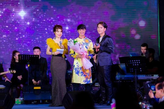 """MC Thanh Bạch và Thi Thảo gây xúc động trong đêm nhạc """"Thương lắm miền Trung ơi"""" - Ảnh 15."""