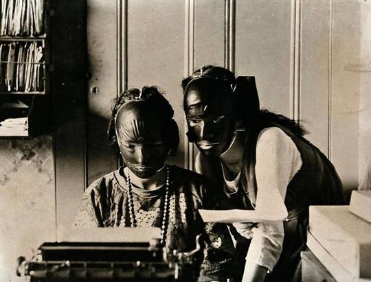 Những cách làm đẹp độc lạ của phụ nữ ở thế kỷ trước - Ảnh 14.