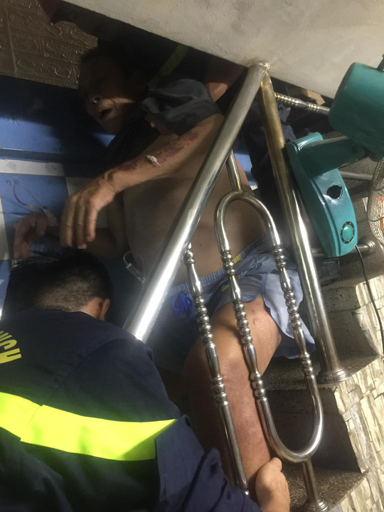Giải cứu người đàn ông mắc kẹt trong căn nhà nhiều tầng ở trung tâm TP HCM - Ảnh 1.