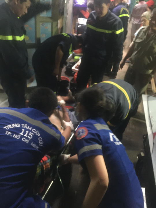 Giải cứu người đàn ông mắc kẹt trong căn nhà nhiều tầng ở trung tâm TP HCM - Ảnh 2.