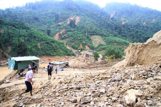 Không thể tìm kiếm những người mất tích tại Phước Sơn bằng thủ công - Ảnh 1.