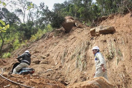Nín thở đi dưới khối đá 30 tấn: Dùng 100kg thuốc nổ để phá đá - Ảnh 1.