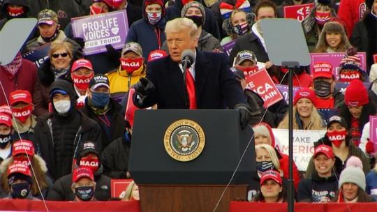 Covid-19: Phát ngôn ngỡ ngàng của Tổng thống Trump nhằm vào giới y tế - Ảnh 1.