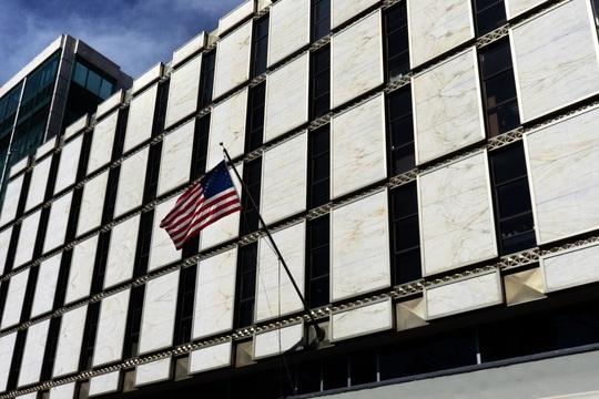 Cựu nhân viên đại sứ quán Mỹ bị cáo buộc là kẻ săn tình lão luyện - Ảnh 1.