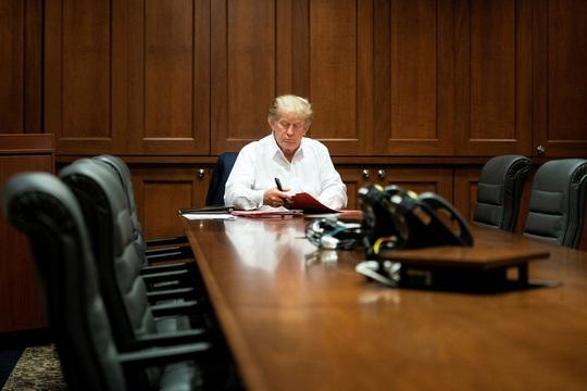 Bối rối về tình hình sức khỏe của ông Donald Trump - Ảnh 1.