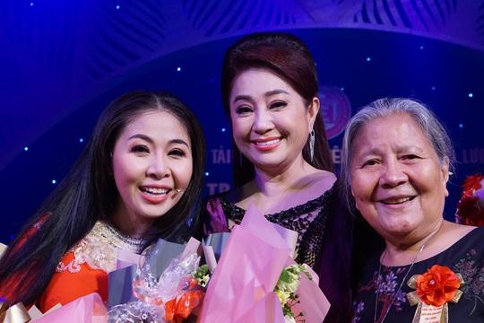 Đông nghệ sĩ ngôi sao chúc mừng diễn viên tranh tài Cuộc thi Trần Hữu Trang - Ảnh 1.