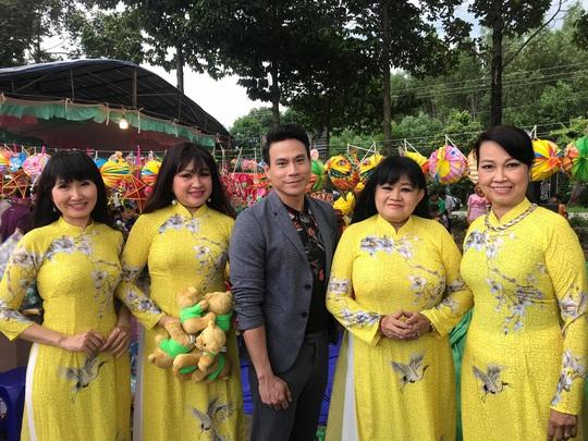Trí Quang cùng gia đình nhạc sĩ Bắc Sơn đến với lớp học xóa mù chữ vùng sâu - Ảnh 1.