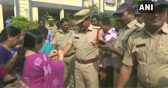 Ấn Độ: Cưỡng hiếp không được, đổ xăng thiêu sống bé gái - Ảnh 1.