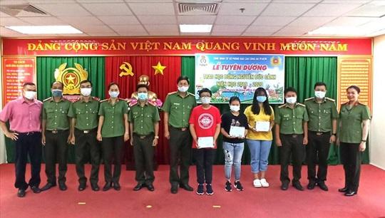 Trao 425 suất học bổng Nguyễn Đức Cảnh cho con đoàn viên - Ảnh 1.