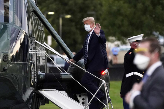 Tổng thống Trump xuất viện, lên trực thăng quay về Nhà Trắng - Ảnh 2.